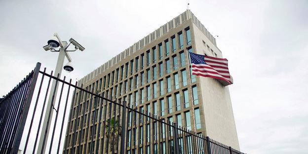 Amerikanische Flagge vor einem Hochhaus