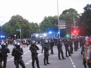 Polizisten und Wasserwerfer am Neuen Pferdemarkt: In der Randalenacht des 7. Juli rückten Einsatzkräfte erst spät ins Schanzenviertel vor. Die Gründe sind umstritten.Foto: cv